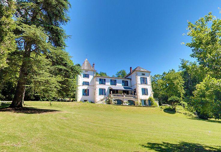 Le Domaine du Val d'Atur aux portes de Périgueux en Dordogne. Chambres d'hôtes de charme élégante demeure de charme au coeur d'un parc arboré de 3 hectares #perigueux #dordogne #perigord #chambredhote #chambresdhotes #chambresdhotesdecharme