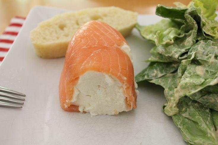 Die beste Vorspeise der Welt, Buttermilchterrine mit Lachs. Eine Terrine mit Buttermilch im Lachsmantel, geht schnell, ist einfach zu machen und passt zu jedem Menü als Vorspeise. Leicht, lecker, perfekt. Und hier ist das Rezept http://wolkenfeeskuechenwerkstatt.blogspot.de/2010/04/mein-start-in-einen-neuen-blog.html