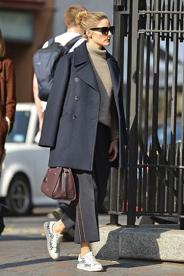 Olivia Palermo con pantalones anchos y deportivas.