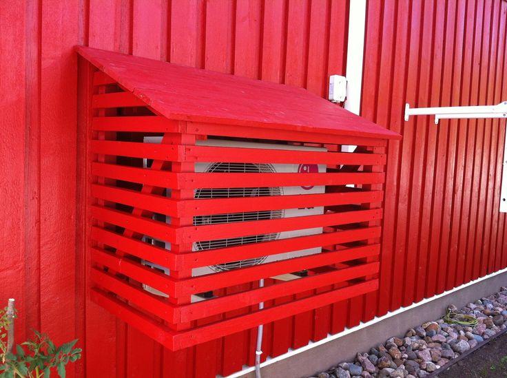Ilmalämpöpumppu sai suojan jämälaudoista. Kyllä nyt on komiaa kun talo on maalattu!