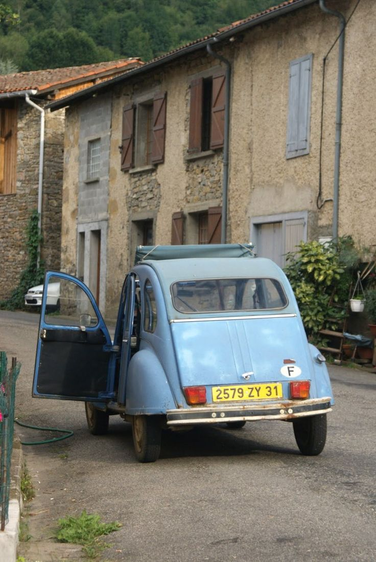 Such a cute little car - perfect for these tiny streets