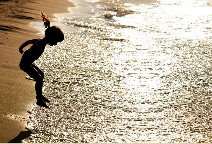 Vlak voor zonsondergang is de mooiste tijd voor foto's op het strand. Dan heb je warm licht en mooie silhouetten.
