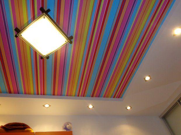 Детская: яркий полосатый потолок