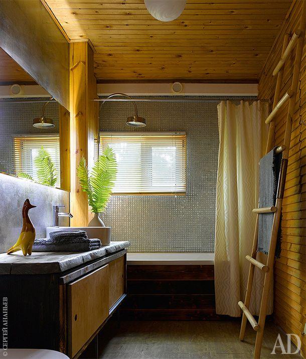 Ванная комната на первом этаже. Подстолье для раковины и короб для ванны сделаны хозяином. Душ, Dornbracht.