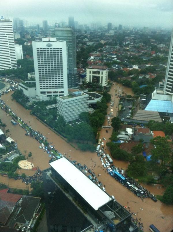 Foto Bunderan HI & Sudirman dr atas UOB Plaza. Foto oleh @anietidara