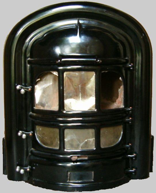 Jaren 50,60 &70. Kolenkachel met micaruitjes. Deze stond in onze 'voorkamer'.