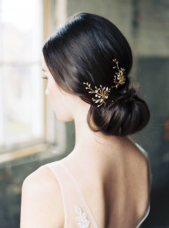 Die zarte Laura gold Hochzeit Haarnadeln verfügt über vergoldete Blumen umgeben von den besten, Swarovski geschmückt Reben.  DETAILS • Set aus zwei Stiften. (Wenn Sie eine andere Menge benötigen, lassen Sie es uns wissen Sie.)  • Geschmückt Teil misst 5 cm (2 ) lang und 4 cm. (1,75)