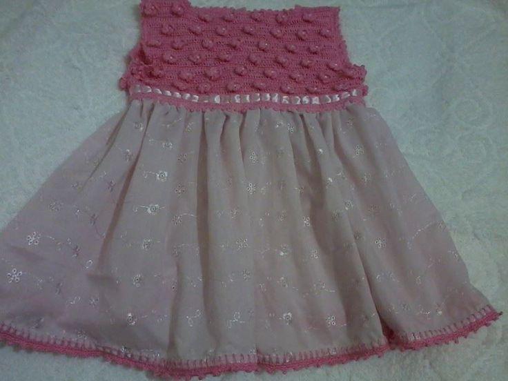 vestido em lasie, com busto em crochê. Decorado em bolinhas frutacor rosa, fita de cetim e botões perolado.