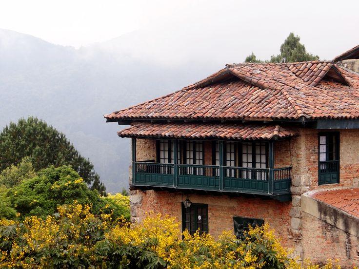 Un antiguo recinto en la cima de Monserrate.
