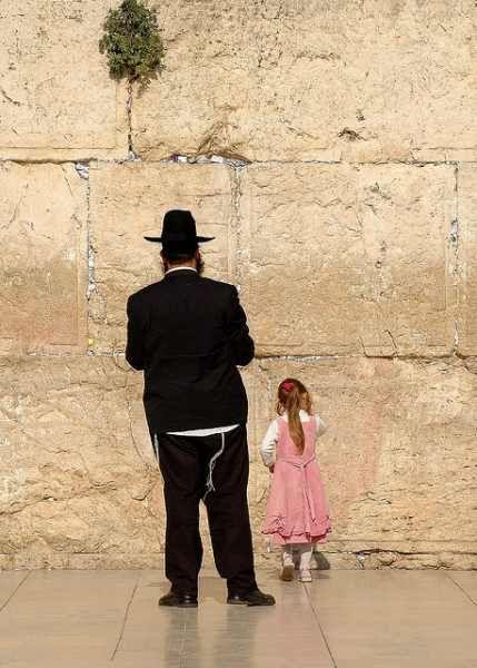 エルサレム旧市街 嘆きの壁を訪れる人は、年齢を問わない