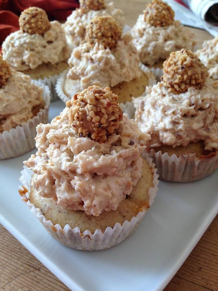 Giotto-Cupcakes Teig: 100g flüssige Butter 150g Zucker 2 Eier 200g Mehl 100g gemahlene Haselnüsse 1/2 TL Backpulver 100 ml Milch 100 g weiße Schokolade (in kleine Stückchen gehackt) eine Prise Salz Alles vermengen, in die Förmchen füllen & bei 175° circa 22-25 min backen. Frosting: 125g Butter 250g Frischkäse 3X9 Giotto (zerstampft) + Giotto für oben drauf Alles vermischen, je ein Häufchen auf den Teig geben & Giotto auf die Masse setzen