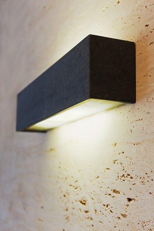 Uwydatniona światłem niezwykła faktura trawertynu. Travertine surface exposed by the lighting.