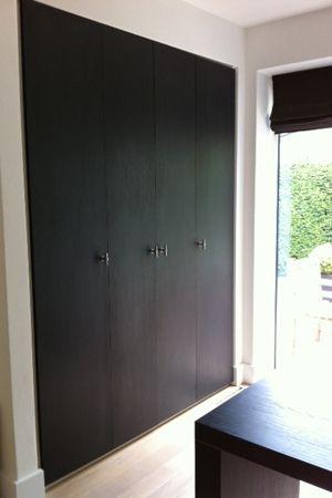 Wandkast (zwart hpl met houtstructuur) ik wil dit hebben, hebben, hebben... wie o wie is zo handig om dit voor weinig voor mij te maken?:-)