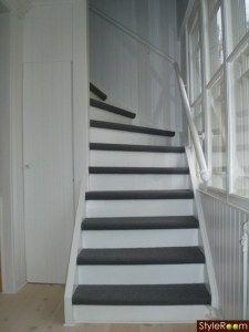 Vit trappa med grå matta