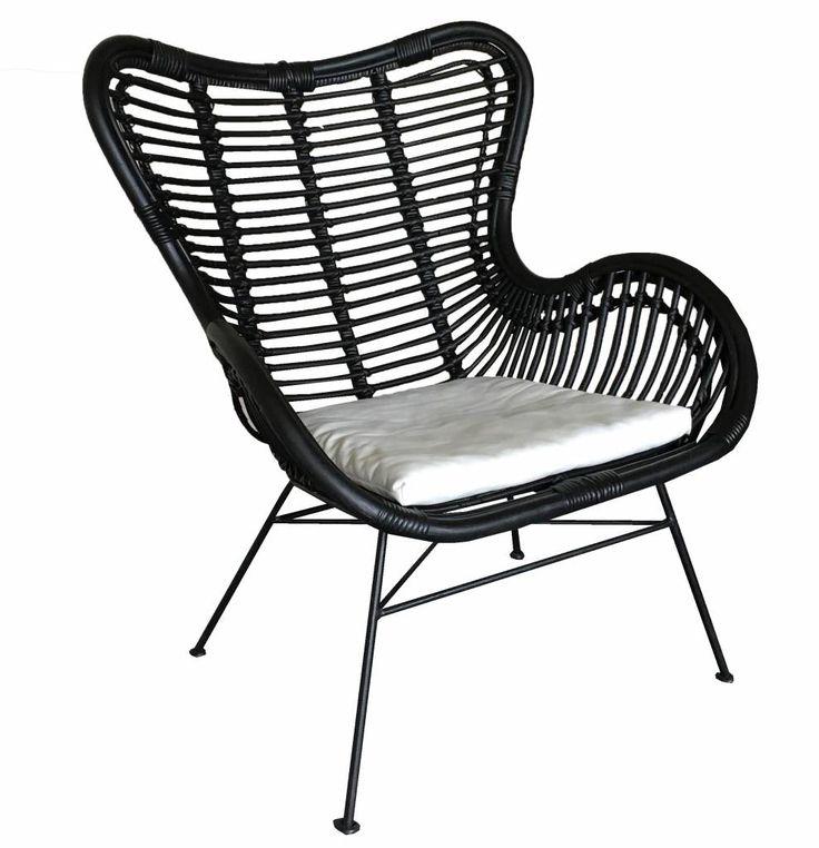 Deze zwarte vlinderstoel is gemaakt van rotan en heeft een kleur. De stoel is 70 cm diep, 76 cm breed en 90 cm hoog.