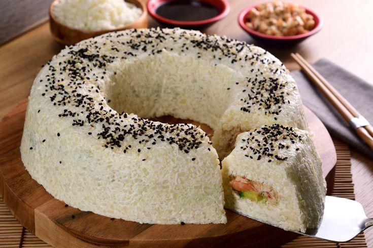 """Si estás buscando una opción baja en carbohidratos, prueba esta deliciosa versión de pastel de sushi con """"arroz"""" de bits de coliflor. Es la mejor receta y quedarás sorprendido del sabor, ya que en su interior tiene un picosito tampico, camarón y láminas de aguacate, ¡no podrás creer el resultado!"""