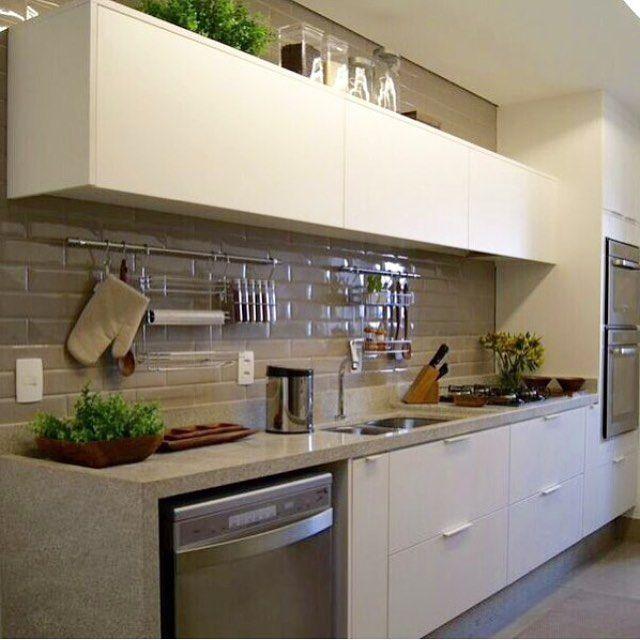 Cozinha, destaque para a marcenaria branca com revestimentos nude, lindo…