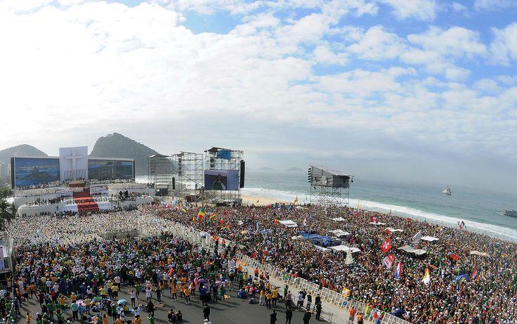 28/07/2013 - #BRASIL - #RIO - #PRAIA de #COPACABANA -  Vista de cima mostra fiéis e religiosos na Missa de Envio (IDE e PREGAI o EVANGELHO a TODAS as CRIATURAS). PRÓXIMA JORNADA #JMJ será em #CRACÓVIA na #POLONIA !