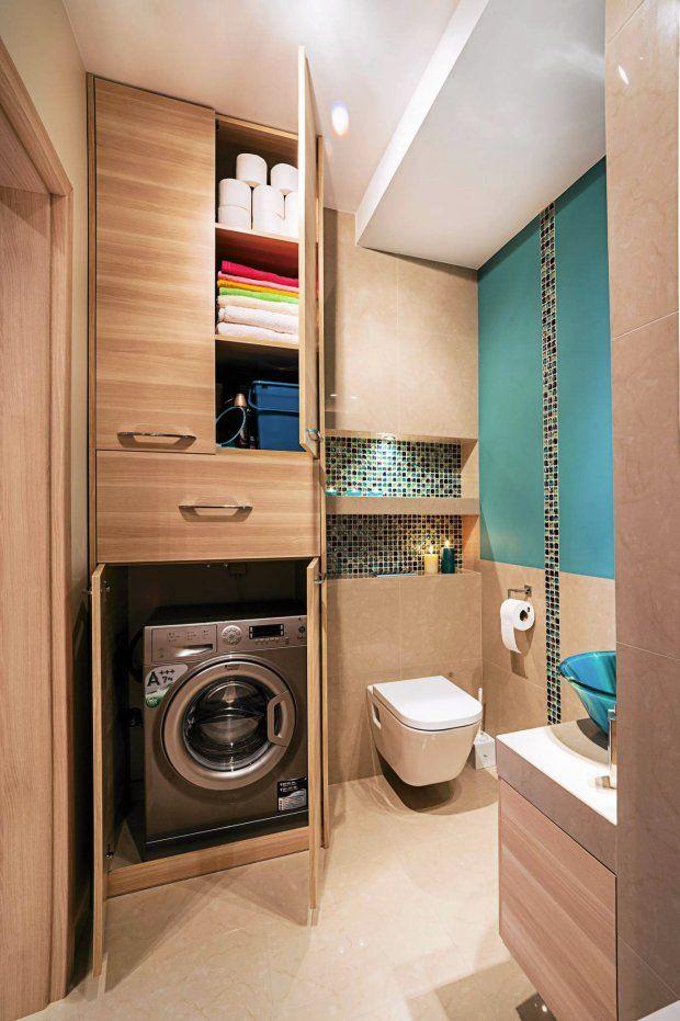 Problem przechowywania rozwiązała sięgająca od podłogi do sufitu szafka na wymiar, w której zaplanowano również miejsce na pralkę. Szuflada nad urządzeniem służy jako kosz na pranie. Zabudowa, podobnie jak szafka podumywalkowa, jest zrobiona z płyty laminowanej z efektem 3D (powierzchnia imituje nie tylko wzór, ale także nierówną fakturę drewna).