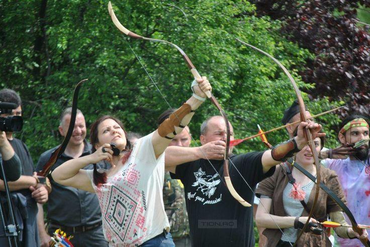 Zeci de arcasi, multi in costum de epoca, se intrec la Timisoara in cadrul unui concurs de tir cu arcul traditional