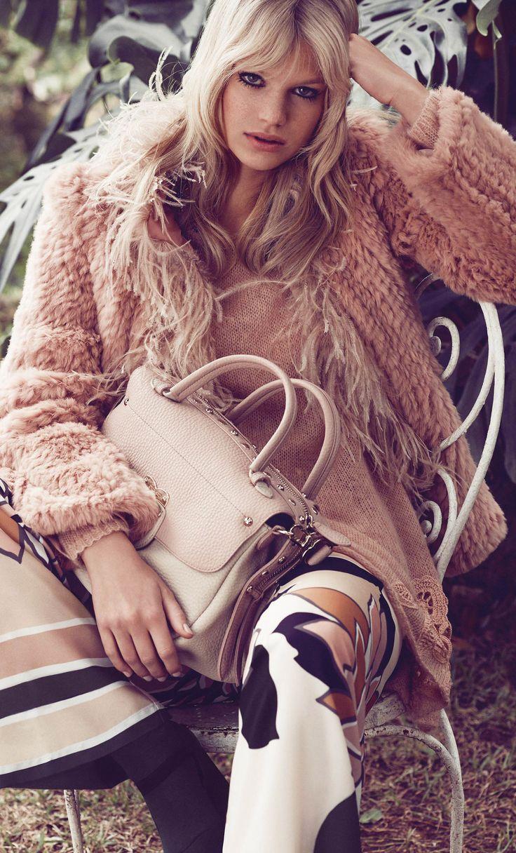 Abrigo TWIN-SET de pelo con plumas en un precioso color rosa nude