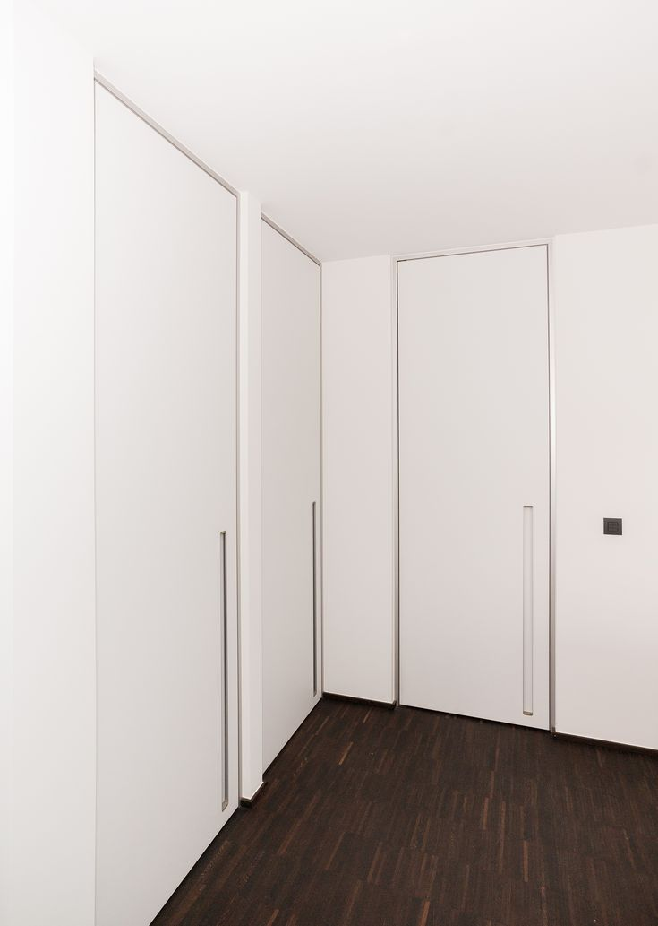 Moderne binnendeuren zonder klink. De verticaal ingebouwde handgreep zorgt ervoor dat uw muren niet beschadigd kunnen worden door uitstekende elementen. Vloerstoppen zijn verleden tijd! De greep is naast functioneel ook uiterst handig voor kinderen.