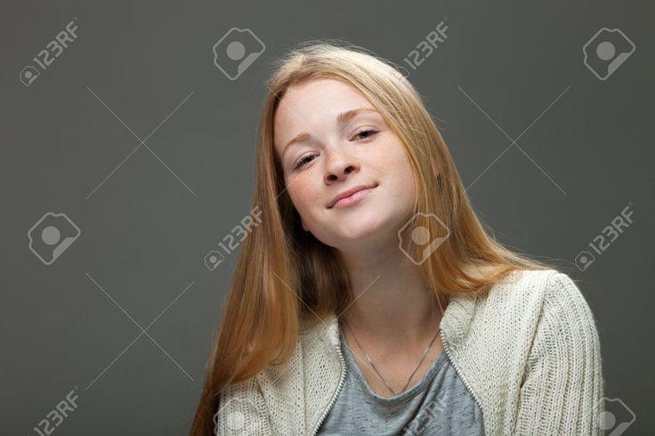 Человеческие выражения лица и эмоции. Портрет молодой улыбается очаровательны рыжий женщина в уютной рубашке, глядя мило и счастливы. Фотография, картинки, изображения и сток-фотография без роялти. Image 66338958.