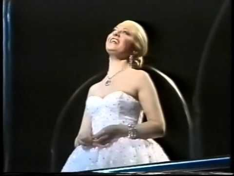 Elaine Paige -Don't Cry For Me Argentina -Lyrics, 1985 My very favorite--saw this in London 3x w/Elaine Paige, the first Evita!