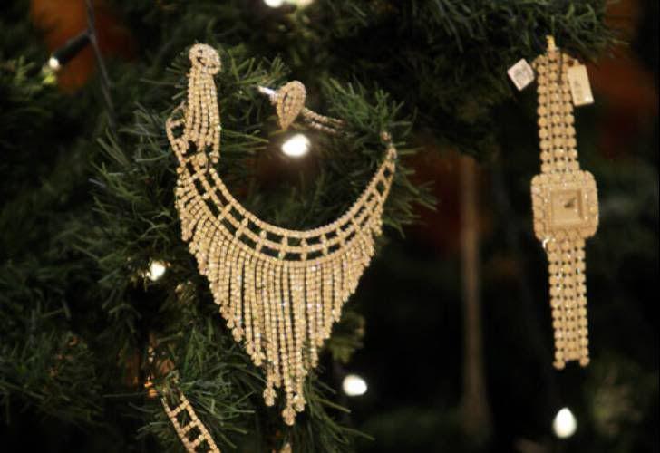 """El lujoso hotel Emirates Palace de Abu Dhabi,presentóEl árbol de navidad mas caro del mundo. De 13 metros de altura, está decorado con arcos de plata y con 181 piezas en diamantes, perlas, esmeraldas, zafires y otras piedras preciosas, """"Las joyas que cubren el árbol cuestan unos 11,4 u 11,5 millones de dólares"""""""
