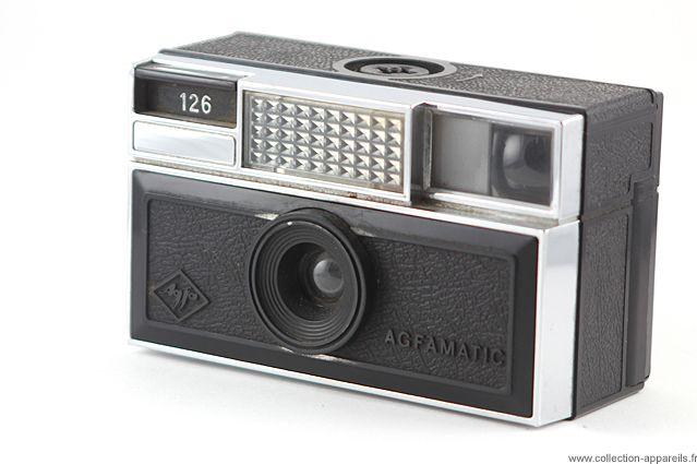 Agfa Agfamatic 126. Volgens mij was het deze camera die ik kocht bij de fotograaf. De camera en toebehoren waren verpakt in een jeans-blauwe tas. De film zat in een cassette en er moest een flitsblokje op om te kunnen flitsen. Zie ook https://de.wikipedia.org/wiki/Agfamatic#Aktion_Teen_.2770