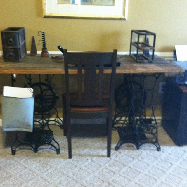 Desk I Love 80s : Desk made from barn door and old sewing machine legs