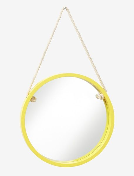 Der runde Spiegel für Kinder bringt mit seiner leuchtenden Farbe frischen Wind an die Wand. Mit dem Seil zum Aufhängen wird der Kinderspiegel zum fantasievollen Bullauge und das Kinderzimmer zur Seemanns-Kajüte. Produktdetails:Spiegel: Glas. Durchmesser 39 cm, Tiefe 3,6 cm.;