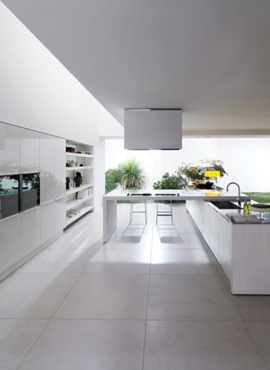 Moderne witte keuken gecombineerd met grote tegels
