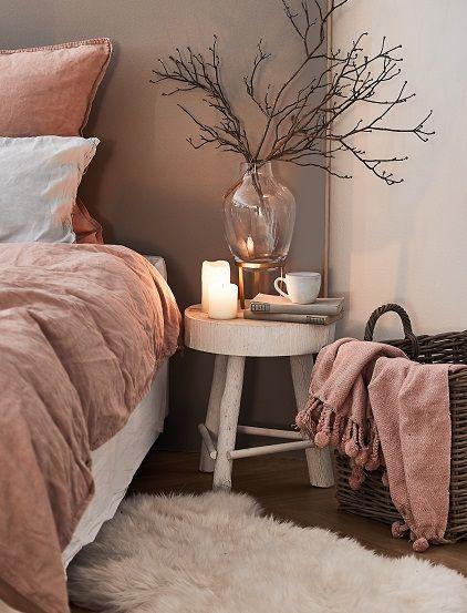 Cozy Dreams! In diesem Schlafzimmer Traum würden wir am liebsten den ganzen Winter verbringen und uns in das Bett kuscheln. Super angenehme Leinenbettwäsche, Kerzenschein und das weiche Schaffell Carry sorgen für absolute Gemütlichkeit. Flauschig perfekt! // Schlafzimmer Bett Bettwäsche Decke Kissen Kerzen Nachttisch Hocker Korb Plaid Fell Ideen Einrichten #SchlafzimmerIdeen #Fell