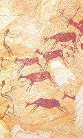 Мезолит. Изображения представляют собой многофигурные композиции: сцены битв, охоты, ритуальные действия, сбор меда. Не зверь, а человек занимает центральное место в памятниках мезолита. Художники изображает человека стилизованно, упрощенно, иногда даже сводятся к знаку. Использовалась черная и красные краски. Фигуры были небольшие, иногда едва достигая 75 см. Стилизация фигур дает возможность усилить динамику, ритм. Испания. Лучники