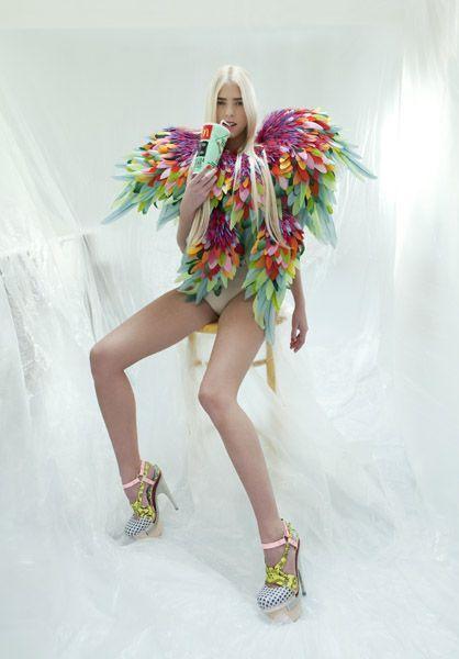 Nelly Saunier Vêtement fait entièrement de plumes , donne des inspirations Brésilienne. Grace aux coloris multiples rappel du carnavals de Rio . Ainsi que les nombreuses espèces d'oiseaux exotique au Brésil .