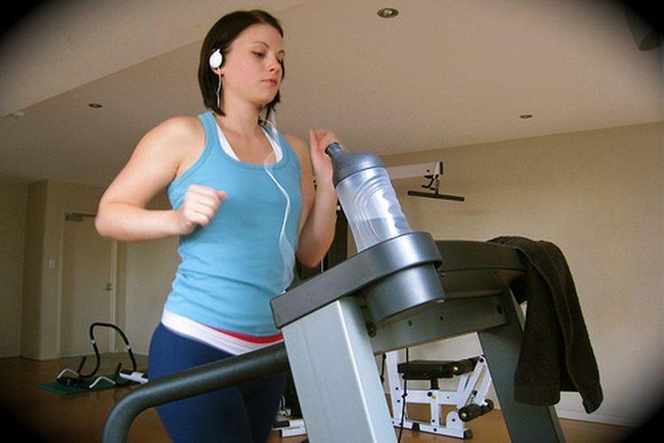 Datos acerca del entrenamiento en caminadora. Los estadounidenses gastan más de 2 billones de dólares al año en caminadoras, convirtiéndose en una de las máquinas de ejercicio más populares que existen, según Club Industry, una página web para profesionales del negocio de la salud. La caminadora ...