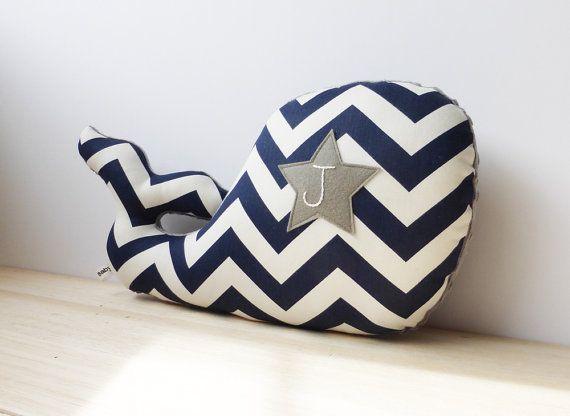 Grigio blu marino e personalizzato balena cuscino di bakerbaby