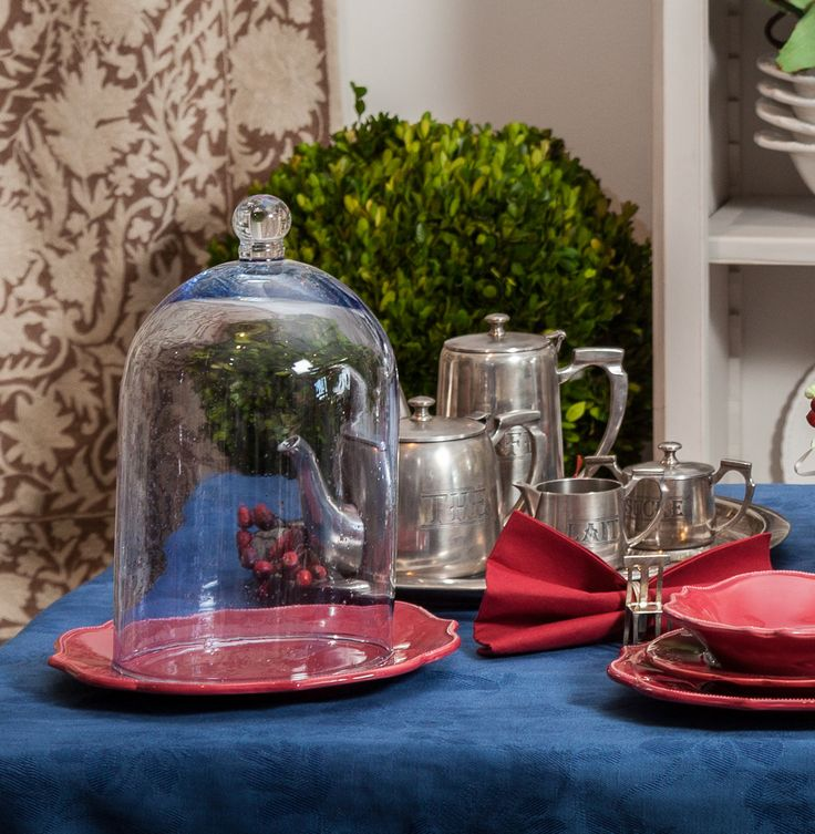 English TeaSets combined with colourful Plates and Tablecloths!