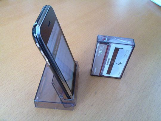 cajita de cassette para usarse como base para el celular.