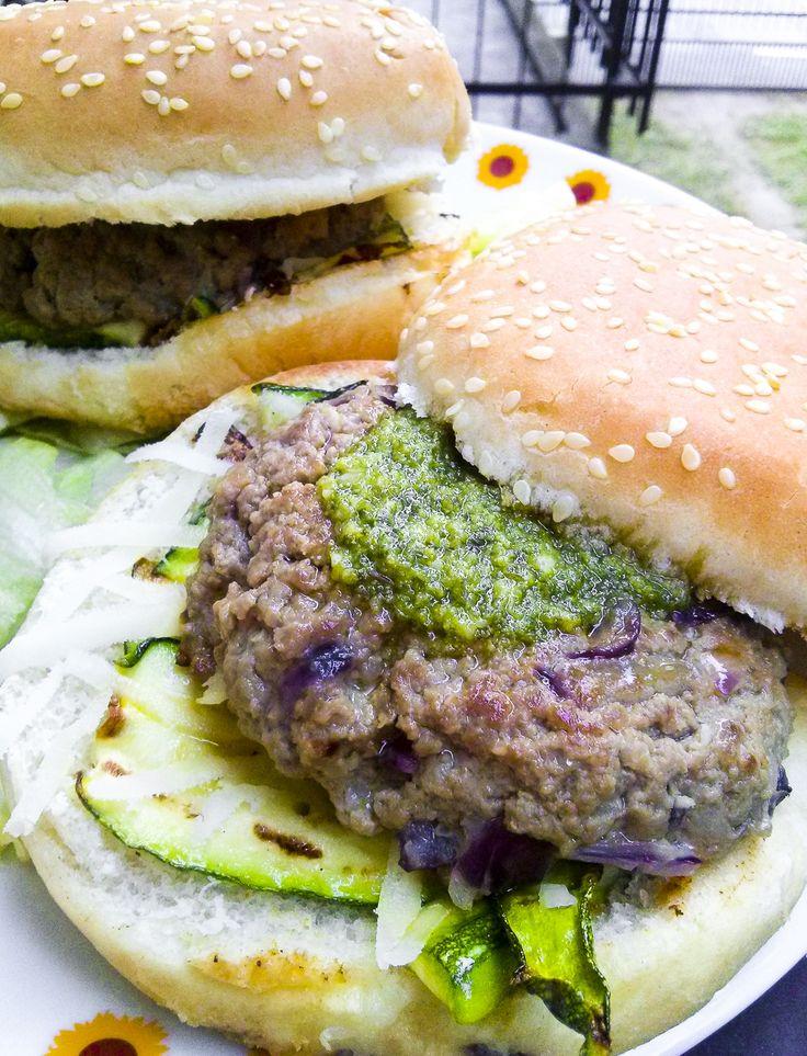 Hamburger Fusion http://www.kitchengirl.it/piccole-chicche/hamburger-fusion/ Su kitchengirl.it un grande classico dello #streetfood #americano mixato con i sapori più mediterranei... Il risultato è un #hamburger #fusion da veri #gourmet  #Kitchengirl #zucchine #granapadano #manzo #pesto #cucina #ricetta #panino