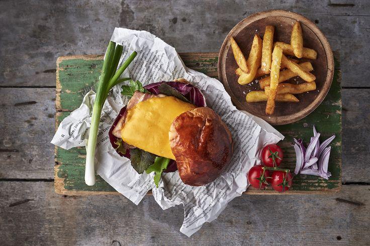 Csirkeburger baconnel és burgonyachips-szel, jus redukcióval Rendelés: http://gourmetbox.hu/shop/grill-boxok/csirkeburger-baconnel-burgonyachips-szel-es-hazi-ketchuppal/
