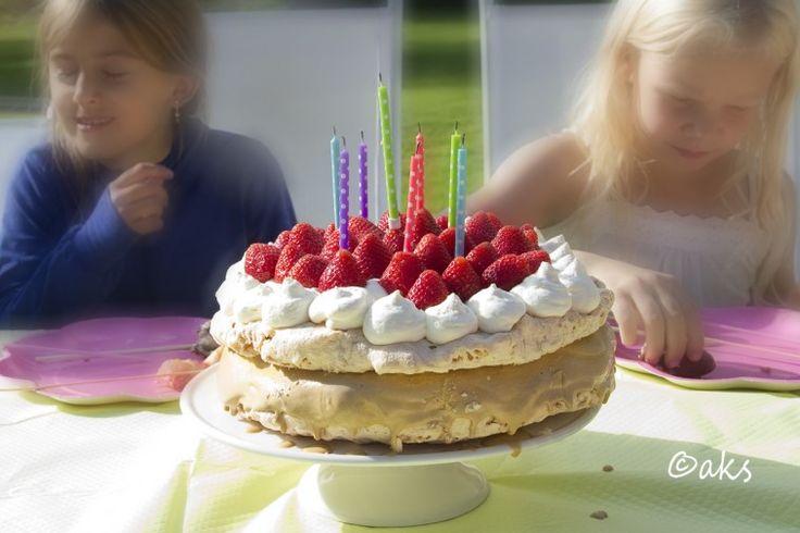 Marängsvisstårta. Mäkta populär på dotterns senaste kalas. Smarrig glasstårta beståendea av marängbottnar med puffat ris.