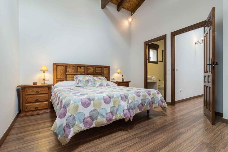Casas Rurales El Charquillo nacen gracias a la rehabilitacion de una antigua casona del siglo XIX, la cual estaba dividida en palomares, camaras, porchaos y la casa principal.