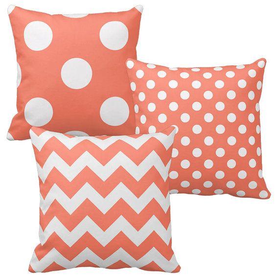 Rose corail, coussins, couvre-oreillers décoratifs, rose saumon, Chevron, pois. Disponible dans des couleurs personnalisées. Le prix est pour