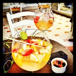 Alaçatı'da beyaz şarap + taze meyve parçaları + buz (samimi sangria)