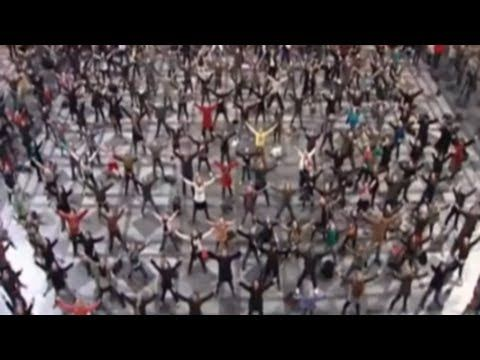 Historic flashmob in Antwerp train station, do re mi - (one of the best I've seen, sure to raise a smile)