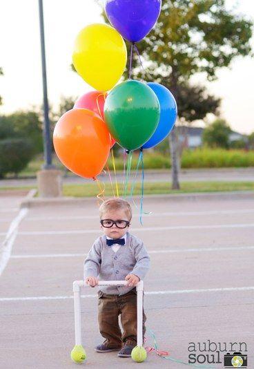 Der Abgehobene - Die süßesten Halloweenkostüme für Kinder - Der Oscar-prämierte Animationsfilm 'Oben' wird hier Realität: Inklusive bunter Ballons, Fliege, Nerd-Brille und Gehhilfe ist der kleine Kerl im Bild die perfekte Kopie der Filmvorlage Carl Fredricksen...