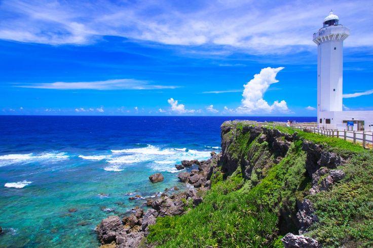 夏の東平安名崎(ひがしへんなざき・沖縄) 宮古島の最東端、紺碧の海に2キロにわたって突き出しており、珊瑚礁と琉球石灰岩の崖に囲まれている。日本の都市公園100選や国の史跡名勝天然記念物にも指定された美しい岬である。 駐車場から灯台のまわりにかけて遊歩道があり、雄大な景色を楽しみながら散策ができるため、宮古島有数の人気観光地。