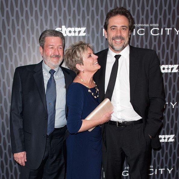 """Ator Jeffrey Dean Morgan (R) posa com seus pais no """"Magic City"""" em exibição no Teatro Academia em Lighthouse International em 22 de março de 2012 em New York City."""
